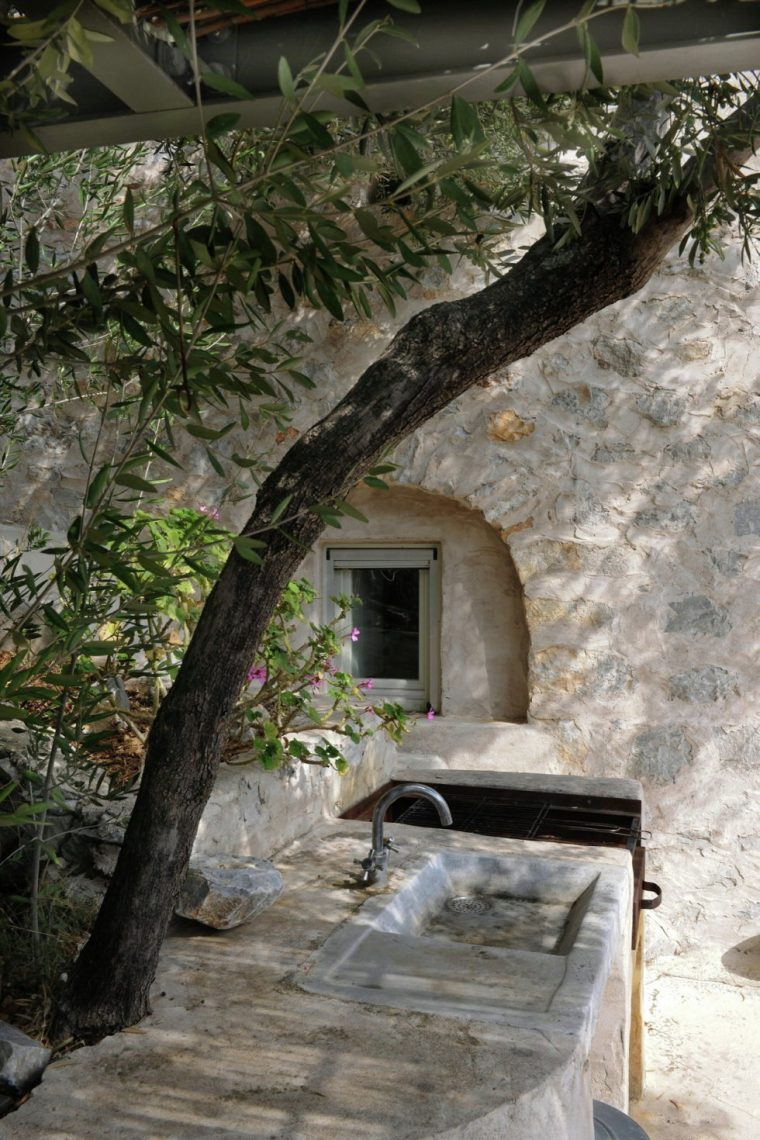 mani-tower-house-in-greece-from-z-level-studio-10-980x1471