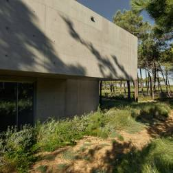 the-wall-house-by-guedes-cruz-arquitectos-image-ricardo-oliveira-alves-006