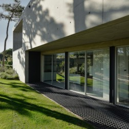 the-wall-house-by-guedes-cruz-arquitectos-image-ricardo-oliveira-alves-009