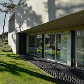 the-wall-house-by-guedes-cruz-arquitectos-image-ricardo-oliveira-alves-009