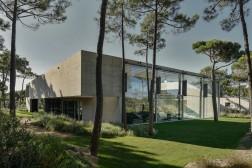 the-wall-house-by-guedes-cruz-arquitectos-image-ricardo-oliveira-alves-010