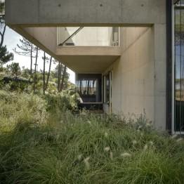 the-wall-house-by-guedes-cruz-arquitectos-image-ricardo-oliveira-alves-011