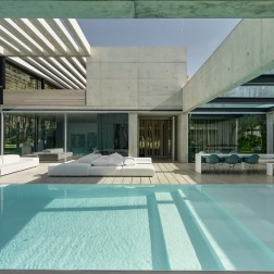 the-wall-house-by-guedes-cruz-arquitectos-image-ricardo-oliveira-alves-013