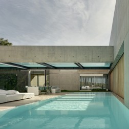 the-wall-house-by-guedes-cruz-arquitectos-image-ricardo-oliveira-alves-014