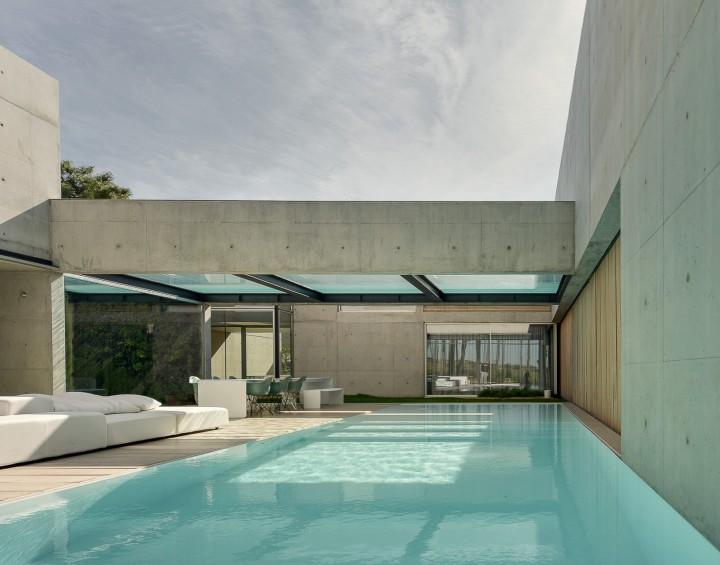 the-wall-house-by-guedes-cruz-arquitectos-image-ricardo-oliveira-alves-014