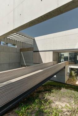 the-wall-house-by-guedes-cruz-arquitectos-image-ricardo-oliveira-alves-015