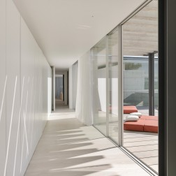 the-wall-house-by-guedes-cruz-arquitectos-image-ricardo-oliveira-alves-017