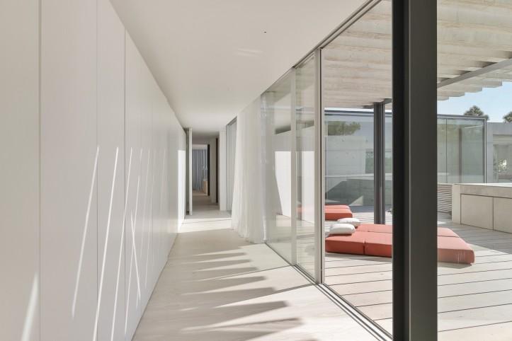 the-wall-house-by-guedes-cruz-arquitectos-image-ricardo-oliveira-alves-017