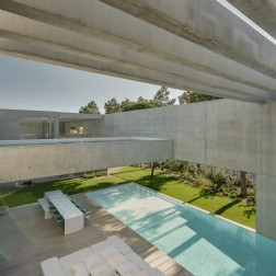 the-wall-house-by-guedes-cruz-arquitectos-image-ricardo-oliveira-alves-018