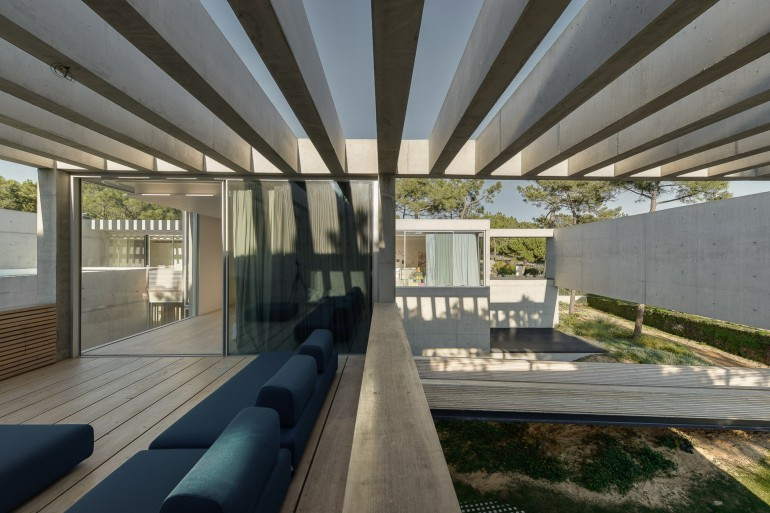 the-wall-house-by-guedes-cruz-arquitectos-image-ricardo-oliveira-alves-022