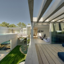 the-wall-house-by-guedes-cruz-arquitectos-image-ricardo-oliveira-alves-023