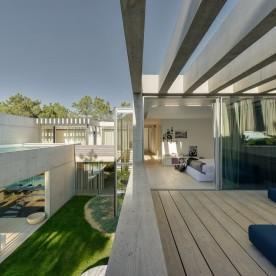 the-wall-house-by-guedes-cruz-arquitectos-image-ricardo-oliveira-alves-023