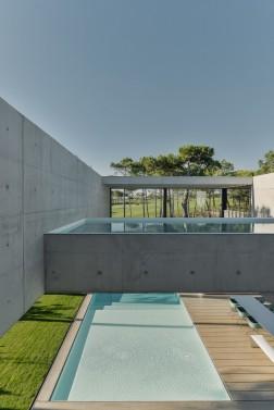 the-wall-house-by-guedes-cruz-arquitectos-image-ricardo-oliveira-alves-025