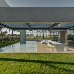 the-wall-house-by-guedes-cruz-arquitectos-image-ricardo-oliveira-alves-026