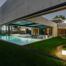 the-wall-house-by-guedes-cruz-arquitectos-image-ricardo-oliveira-alves-029