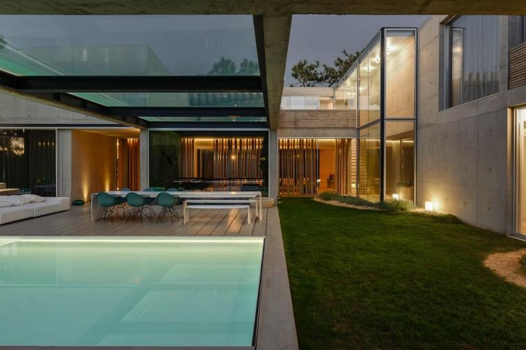the-wall-house-by-guedes-cruz-arquitectos-image-ricardo-oliveira-alves-030