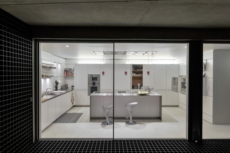 the-wall-house-by-guedes-cruz-arquitectos-image-ricardo-oliveira-alves-032