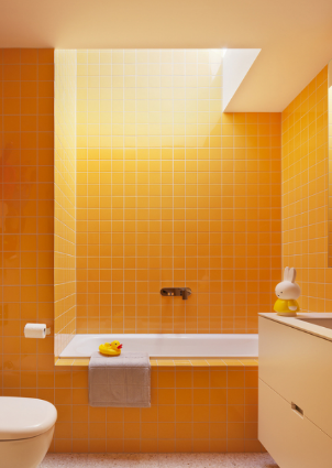 bower-kates-interior-bathroom-yellow-tiles-skylight