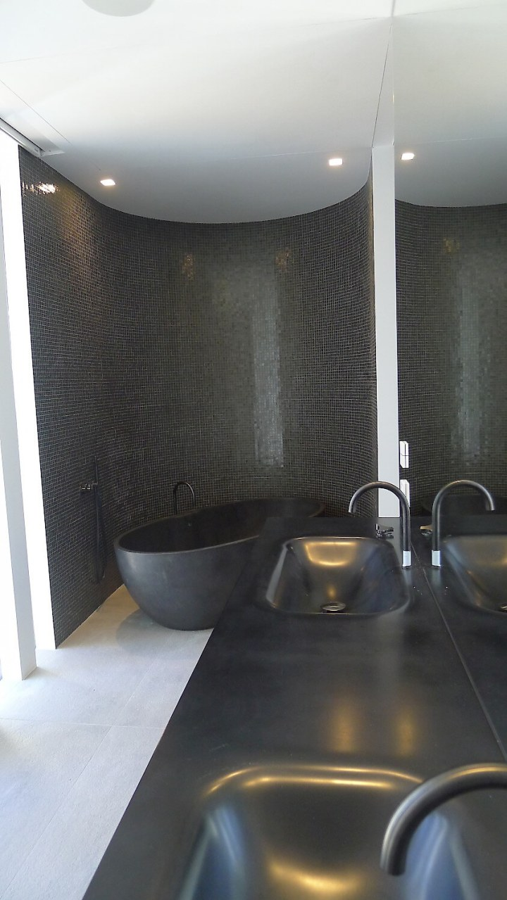 123dv-cool-blue-villa-black-corian-sinks-1