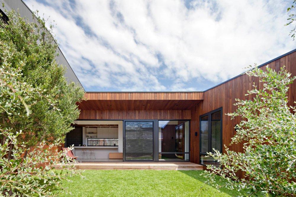 bower-architecture-hide-seek-timber-courtyard-coastal