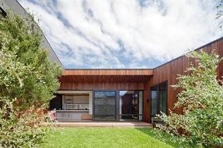 bower-architecture-hide-seek-timber-courtyard-coastal
