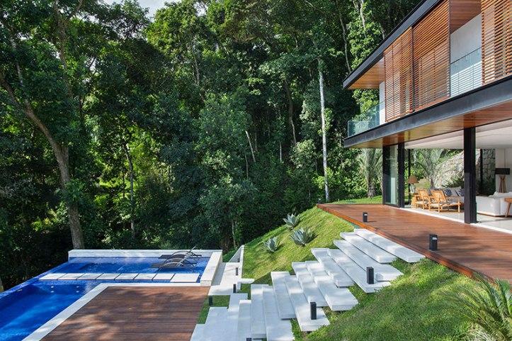 casa-portobello-09-vista-piscina-madeira-deck-externa-lateral-tripper-arquitetura