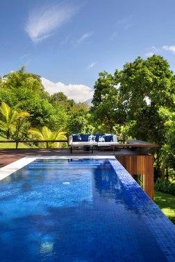 casa-portobello-12-vista-piscina-azul-vegetação-estar-mata-borda-infinita-lazer-externa-lateral-tripper-arquitetura