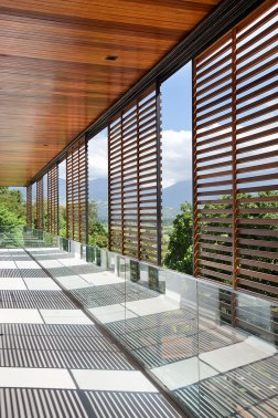 casa-portobello-15-vista-interna-brise-sombra-madeira-vidro-varanda-externa-tripper-arquitetura