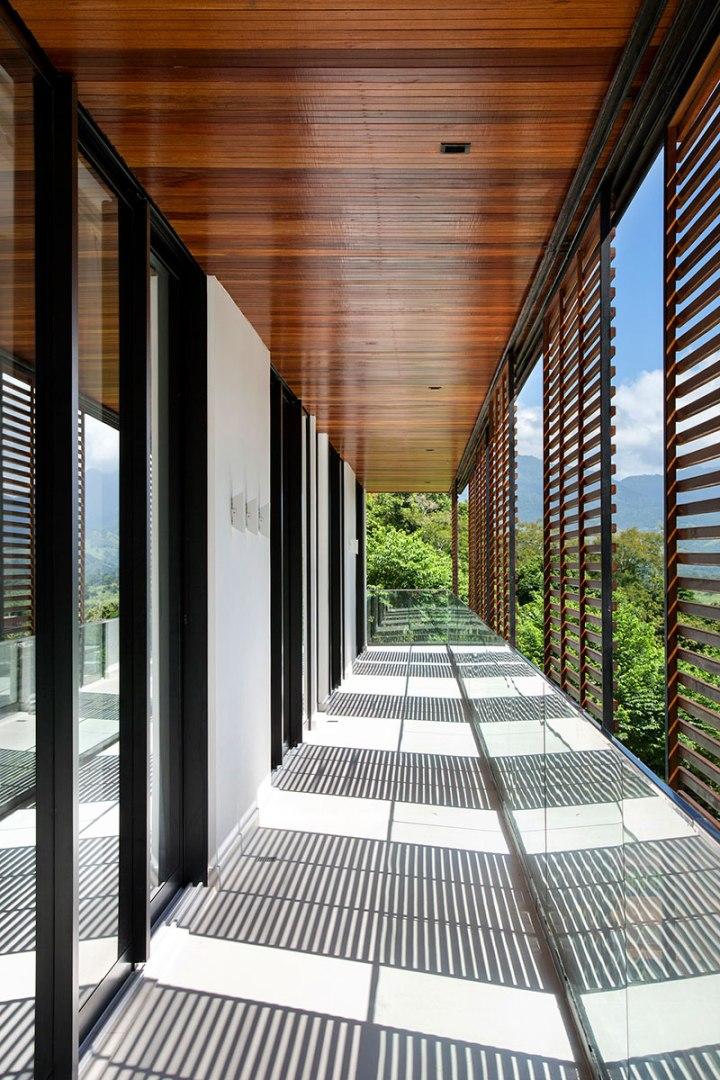 casa-portobello-16-vista-interna-brise-sombra-madeira-vidro-varanda-externa-tripper-arquitetura