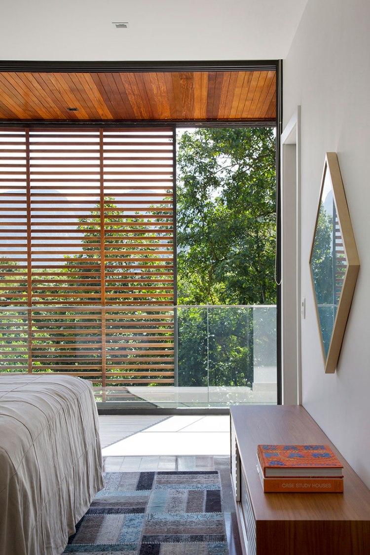 casa-portobello-17-vista-interna-brise-madeira-vidro-varanda-quarto-interior-decoração-tripper-arquitetura