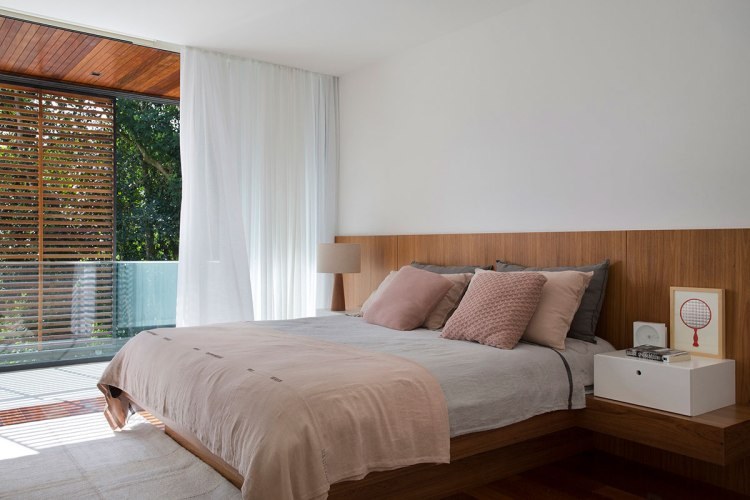 casa-portobello-19-vista-interna-brise-madeira-vidro-varanda-quarto-interior-decoração-tripper-arquitetura