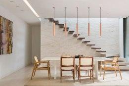 casa-portobello-23-vista-interna-estar-sala-vidro-interior-escada-pendente-jantar-decoração-tripper-arquitetura