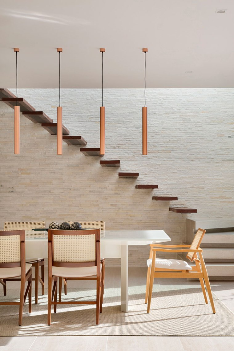 casa-portobello-24-vista-interna-estar-sala-vidro-interior-escada-pendente-jantar-decoração-tripper-arquitetura