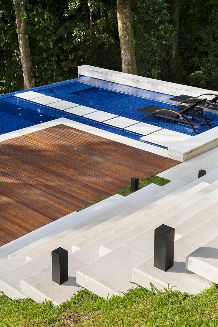 casa-portobello-31-vista-externa-escada-mármore-piscina-lazer-estar-deck-tripper-arquitetura