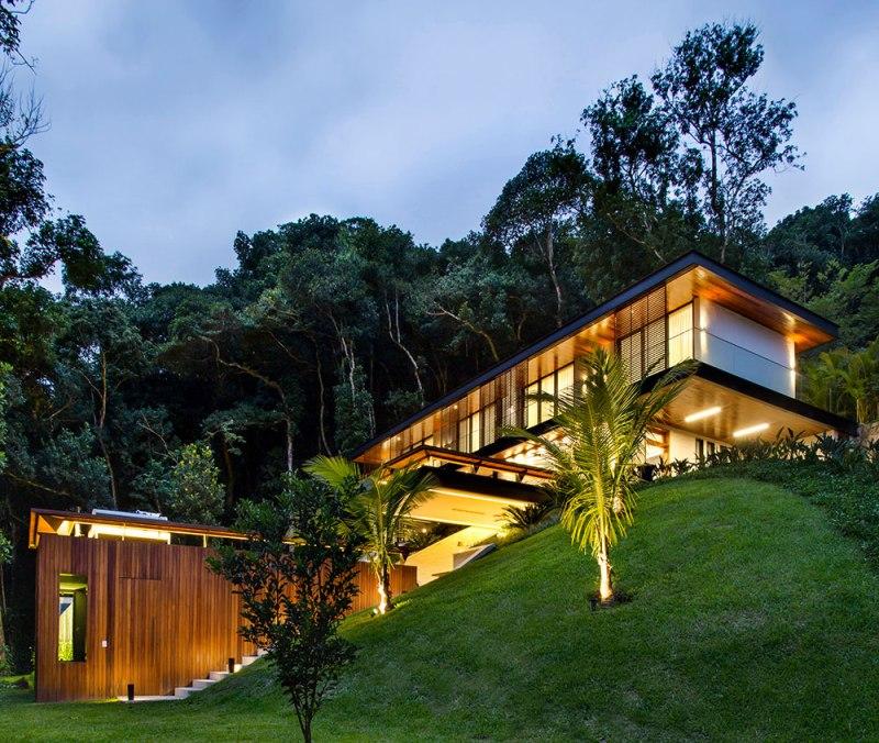 casa-portobello-33-vista-externa-declive-iluminação-noite-madeira-tripper-arquitetura