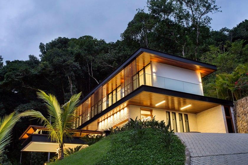 casa-portobello-34-vista-externa-declive-iluminação-noite-madeira-tripper-arquitetura