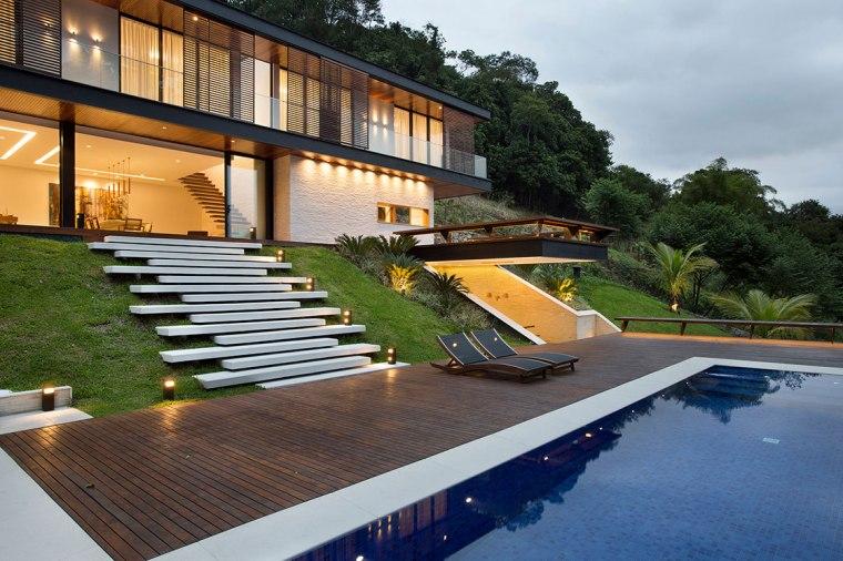 casa-portobello-35-vista-externa-declive-iluminação-noite-madeira-piscina-escada-tripper-arquitetura
