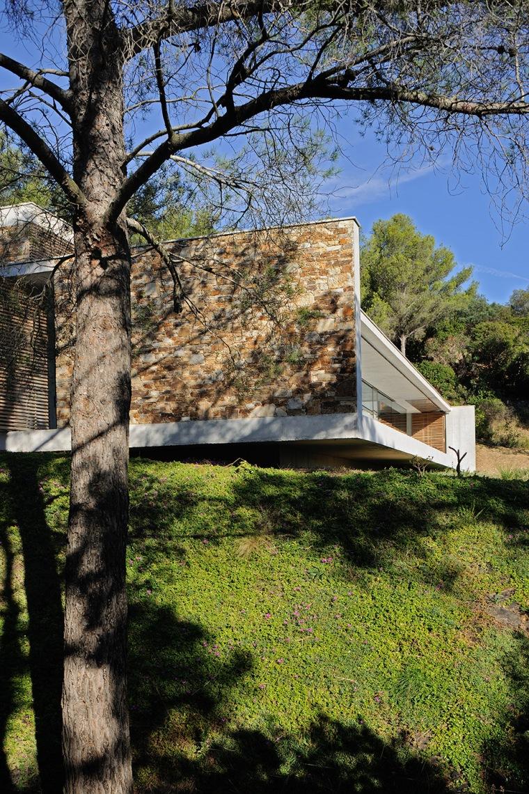 maison-mira-ra-01-aum-minassian-architectes-architecture-maison-contemporaine-materiaux-beton-acier-brut-sud-france-16