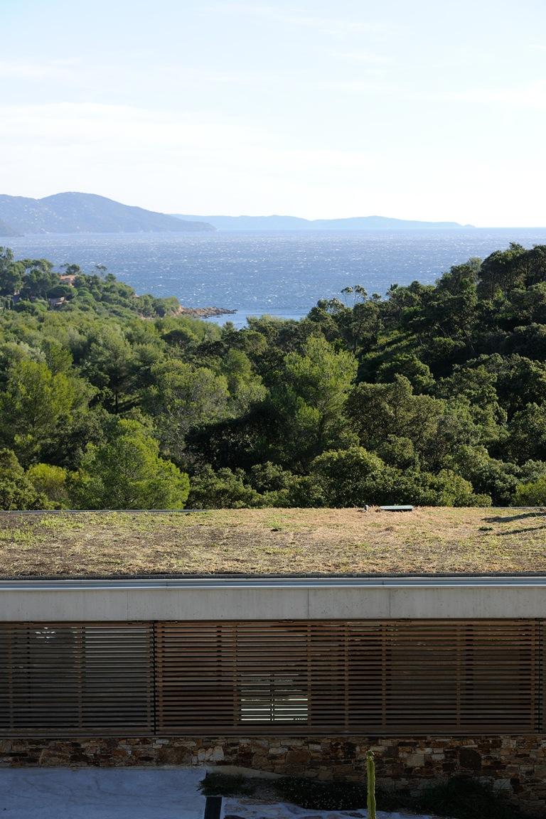maison-mira-ra-01-aum-minassian-architectes-architecture-maison-contemporaine-materiaux-beton-acier-brut-sud-france-18