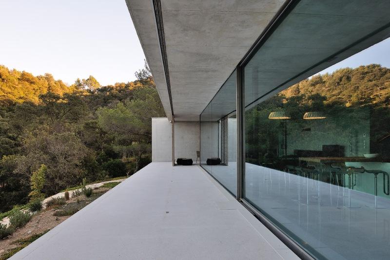 maison-mira-ra-01-aum-minassian-architectes-architecture-maison-contemporaine-materiaux-beton-acier-brut-sud-france-2