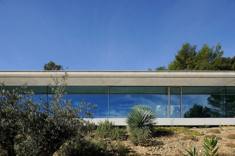 maison-mira-ra-01-aum-minassian-architectes-architecture-maison-contemporaine-materiaux-beton-acier-brut-sud-france-21