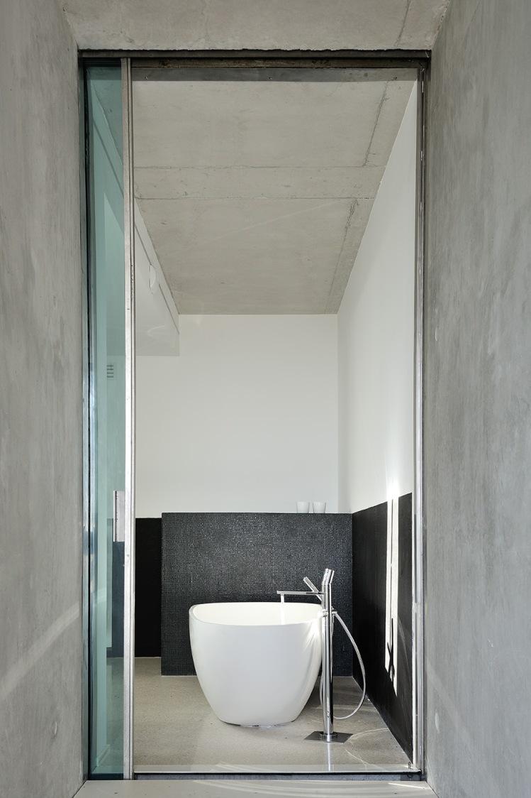 maison-mira-ra-01-aum-minassian-architectes-architecture-maison-contemporaine-materiaux-beton-acier-brut-sud-france-23