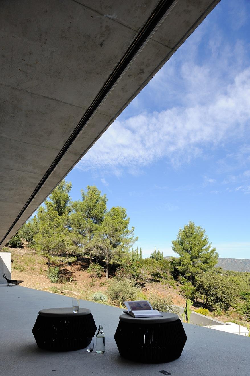 maison-mira-ra-01-aum-minassian-architectes-architecture-maison-contemporaine-materiaux-beton-acier-brut-sud-france-25